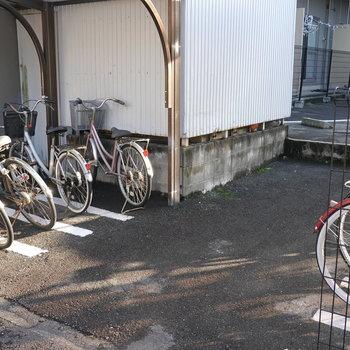 駐輪場は入り口右手にあります。