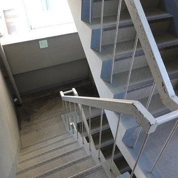 3階まで階段です。足腰の運動がてら登りましょう。