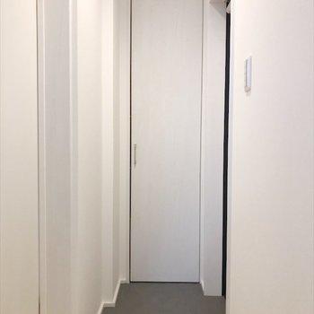 小さめな玄関ですが、