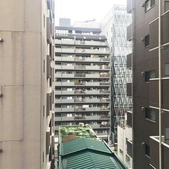 【共用部】エレベーターを降りたときの眺め。奥まったところに建ってます。