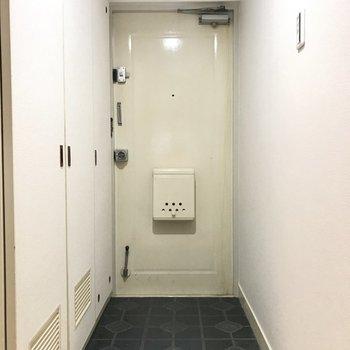 コンパクトな玄関。シートの模様がレトロかわいい。