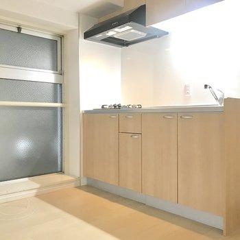 キッチン横にも大きな窓が。冷蔵庫やラックを置けそうなスペースもありました。