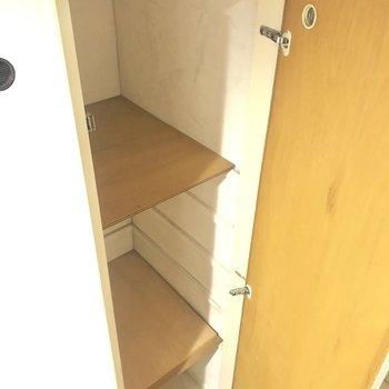 シューズボックスは大きいんですが、棚板が少ないので工務店などでご用意が必要…。
