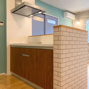 レンガ調の壁になっているキッチンへ。