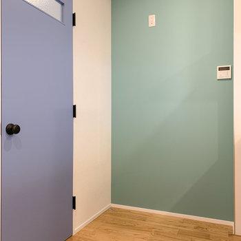 クロス側に冷蔵庫を。水色扉の先は〜