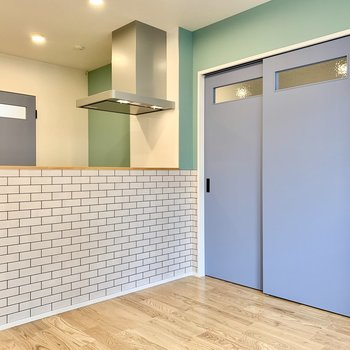 扉や壁の色が爽やかで可愛いですよね〜