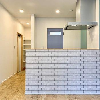 お部屋の色に合わせて家具も統一したり。