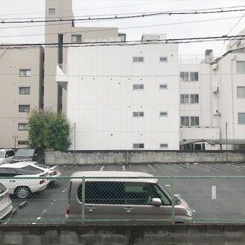 目の前は駐車場です。