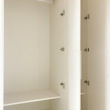 居間のクローゼットには洋服が十分に入りそう。※写真は2階同間取り・別部屋のものです。