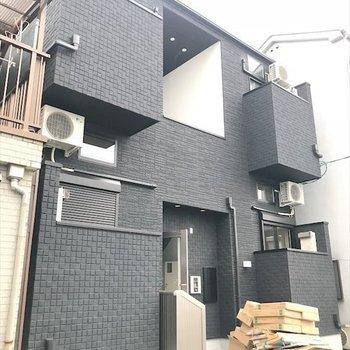 静かな住宅街に建つ、デコボコした建物。※写真は工事作業中のものです。