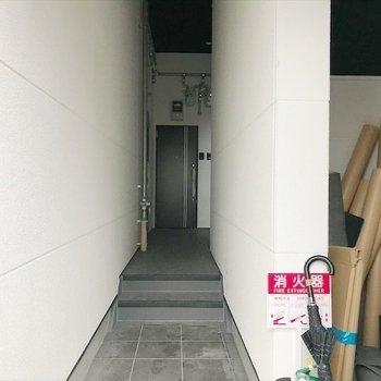 オートロック付きで防犯対策ばっちりのエントランス。※写真は工事作業中のものです。