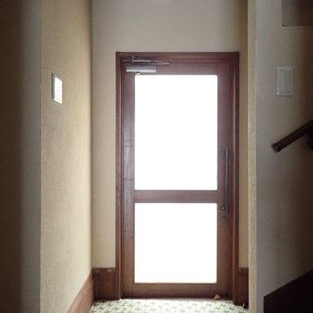 玄関です。ちょっと小上がりになっています。※写真は通電前のものです。