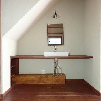 振り返ると洗面台があります。実にワイド!※写真は通電前のものです。