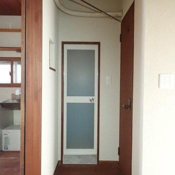 玄関をあがると、お風呂とトイレです。上はカーテンで仕切れます。※写真は通電前のものです。