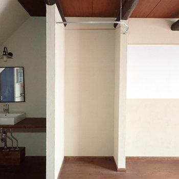 洗面台横の収納。上はカーテンレールがありますよ。お洋服などを。