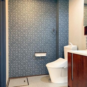 トイレ側のクロスは幾何学模様に。