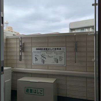 バルコニーで洗濯物も干せます。