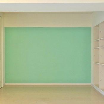 壁は綺麗な青。あのジュエリーショップみたい。(※写真は清掃前のものです)