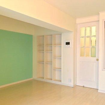 反対側には大きな棚。洋書を並べたら絵になるだろうなぁ…(※写真は清掃前のものです)