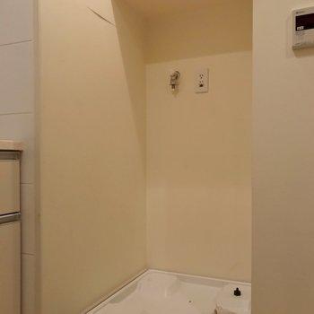 洗濯機置き場もこちらに。お風呂のお湯はりボタンも付いています。(※写真は清掃前のものです)