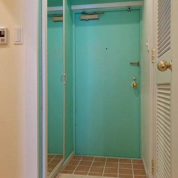 玄関扉も青。傘立てにもこだわりたいな。(※写真は清掃前のものです)