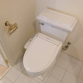 トイレはウォシュレット付きで快適です。(※写真は清掃前のものです)