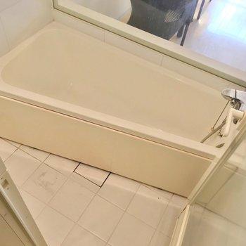 お風呂はサーモ水栓。ガラス張りの開放感を楽しんで。(※写真は清掃前のものです)