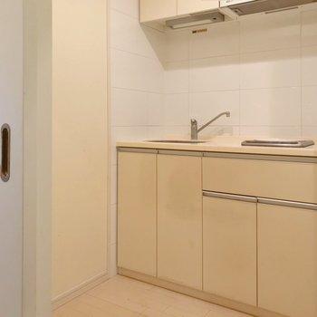 玄関入って右側にキッチン。扉で仕切れます。(※写真は清掃前のものです)
