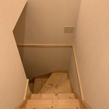 ウッディーな階段を降ります、、