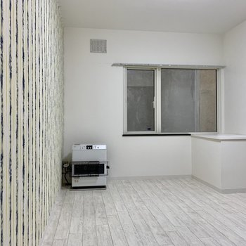 リビングとなりの洋室。しっかり暖房設備◎