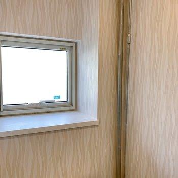 小窓がついております!