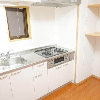 作業がしやすそうな広めのキッチン!便利な可変式の棚も嬉しい。