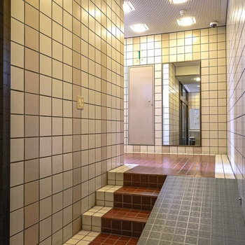 エントランス内には大きな鏡。この奥にエレベーターがあります。