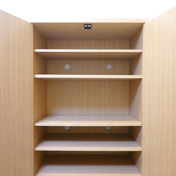 靴箱は可変式棚で、高さのある靴も収納可能!