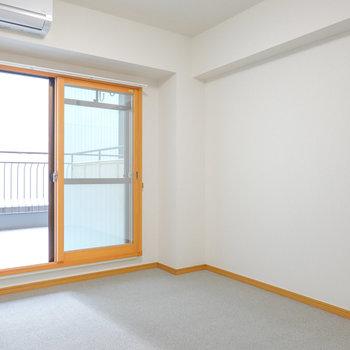 お次は洋室へ。こちらはシンプルで、寝室向き。
