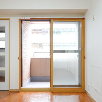 冷蔵庫置き場はキッチン左に。その隣には窓があり、外にはベランダが。