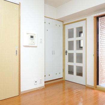 DKは7.5帖。左が洗面所、右が玄関の扉です。