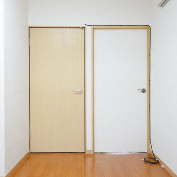 2つ並んだ扉。まずは左のお部屋から。
