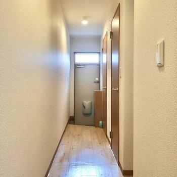 廊下に出て水回りへ。