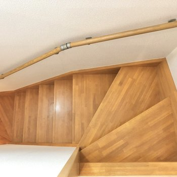 次は1階へ。階段を降りましょう。