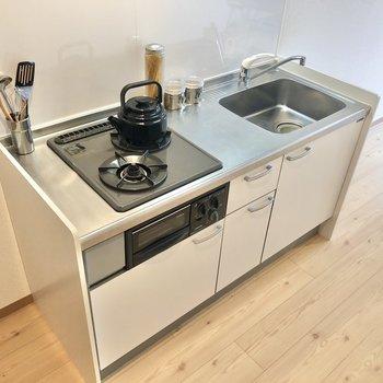 【LDK】キッチンはグリルつきですよ。※写真の家具はサンプルです
