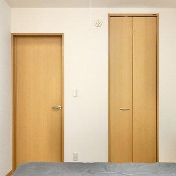 【洋室5.7帖】ダブルベットが置けますよ。※写真の家具はサンプルです