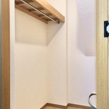 【洋室5.7帖】ウォークインクローゼットになっています。※写真の家具はサンプルです