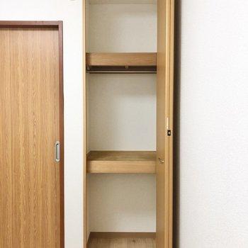 【洋室4.7帖】真ん中にラックがついています。※写真の家具はサンプルです