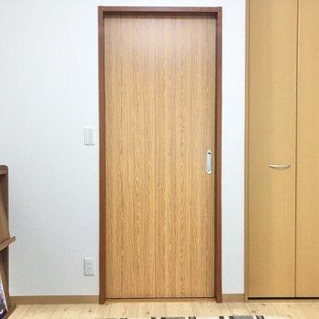 【洋室4.7帖】右のクローゼットを開けてみましょう。※写真の家具はサンプルです