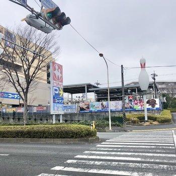 バス停目の前にスーパーがあります。帰り道にお買い物できますね。