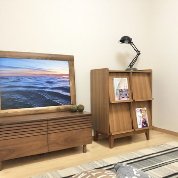【洋室4.7帖】低めの家具を置くとより広く感じますよ。※写真の家具はサンプルです
