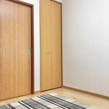【洋室4.7帖】白と茶のフローリングでナチュラルな雰囲気。※写真の家具はサンプルです