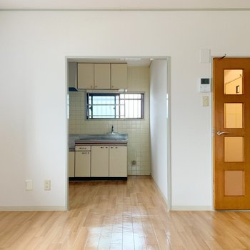〈LD〉くるりと。LDに戻ってきました。キッチンは奥のスペースに。