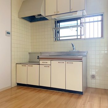 キッチン周りはゆったり〜窓もついているのでお料理中に換気できちゃう!